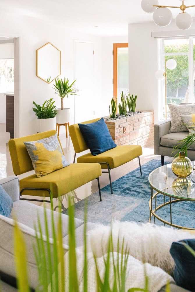 Amarelo pastel e azul na sala de estar. Clima de praia e verão na decoração