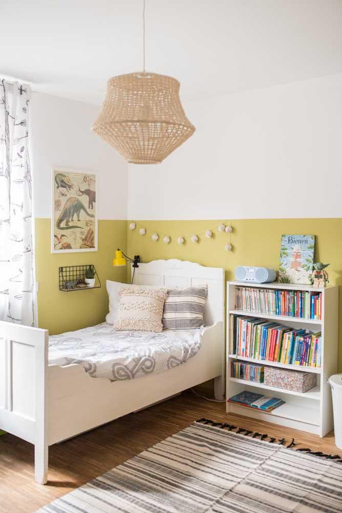 Meia parede amarelo pastel no quarto infantil