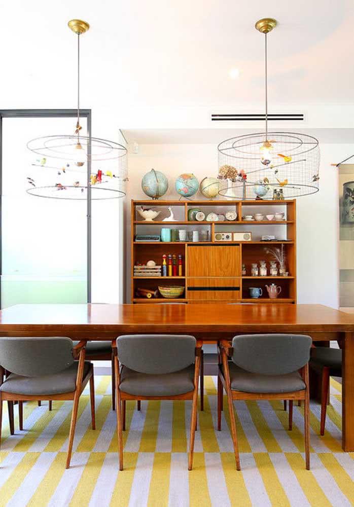 Sala de jantar moderna com tapete geométrico amarelo pastel