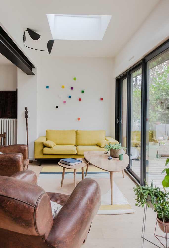 A sala pequena soube como sair do comum com o sofá amarelo pastel