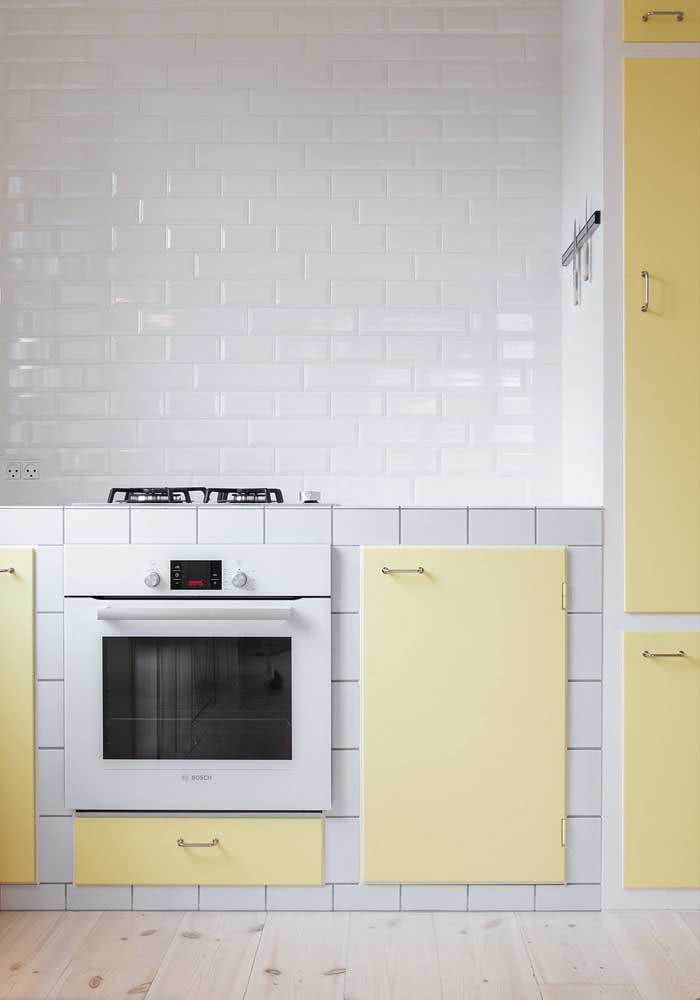 Portas amarelas para a cozinha de azulejos brancos