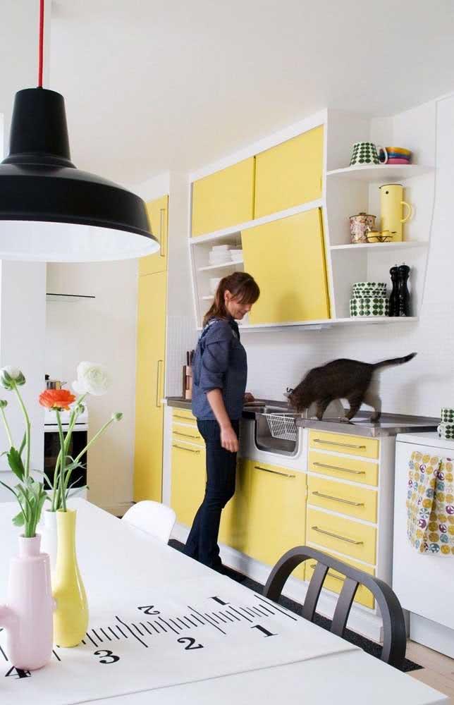 Quente e acolhedora, essa cozinha apostou nos armários em amarelo pastel