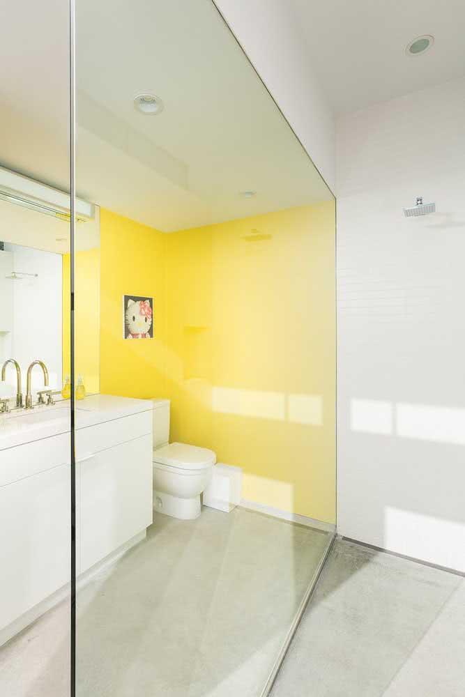 Uma parede amarela para resolver o seu banheiro