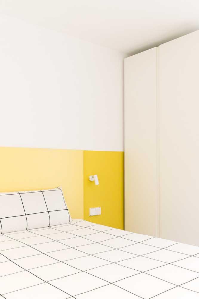Quarto clean e minimalista com cabeceira pintada de amarelo pastel só para descontrair