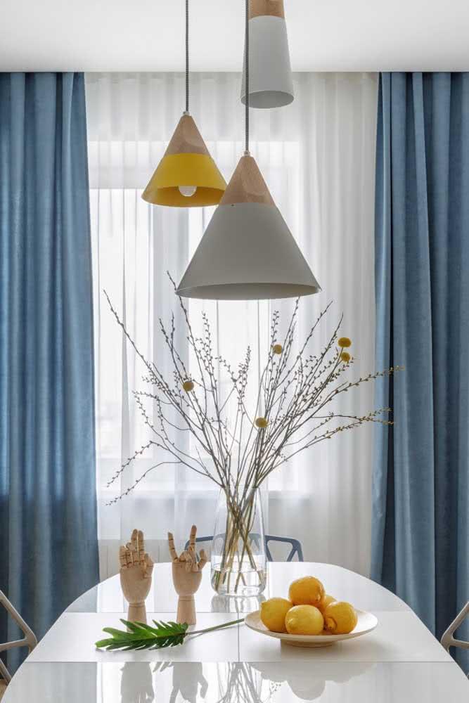 Pequenos, mas fundamentais detalhes em amarelo pastel fazendo a diferença na sala de jantar