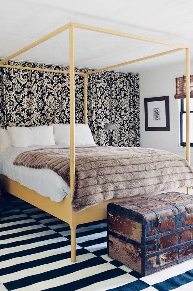 O quarto preto e branco ganhou cor com a cama dossel amarelo pastel