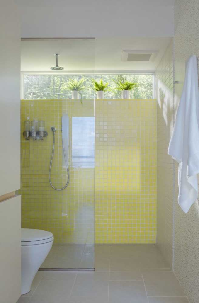 Pastilhas amarelo pastel para quebrar a monotonia do banheiro branco