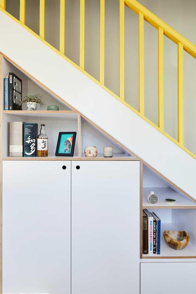 Um corrimão amarelo para sair do comum e alegrar a sala de estar