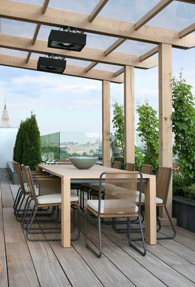 Pergolado de madeira e vidro para o terraço da casa