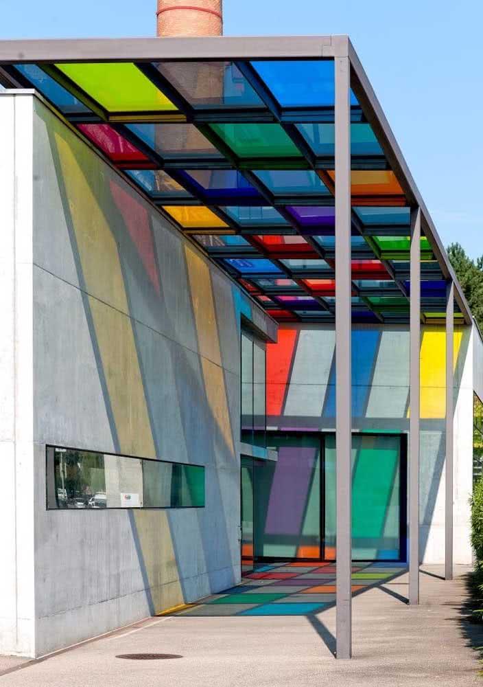 Pergolado de vidro colorido para valorizar a fachada moderna