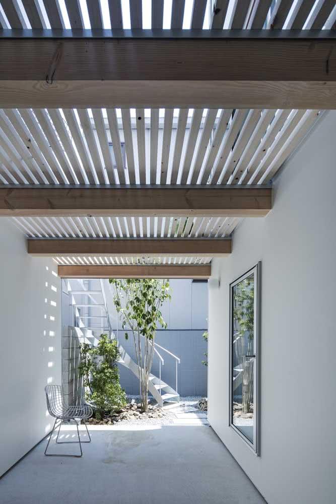Aqui, as ripas de madeiras regulam a luminosidade que passa pelo vidro da cobertura