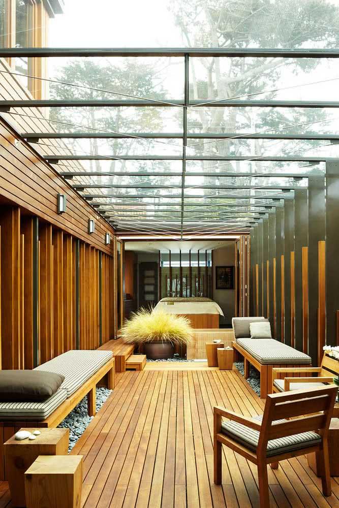 Charme e conforto na área externa coberta pelo pergolado de vidro