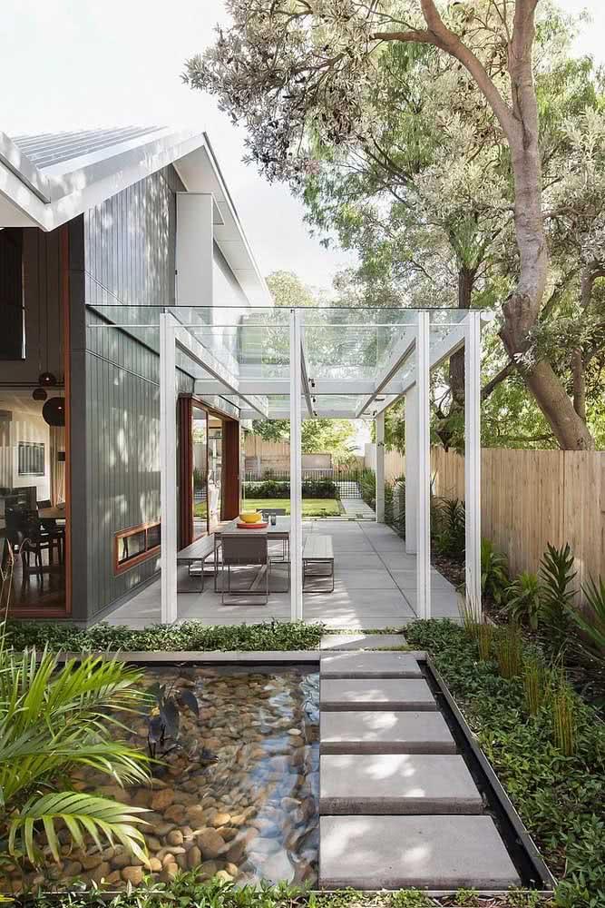 Pilares metálicos e cobertura de vidro: opção simples, bonita e funcional