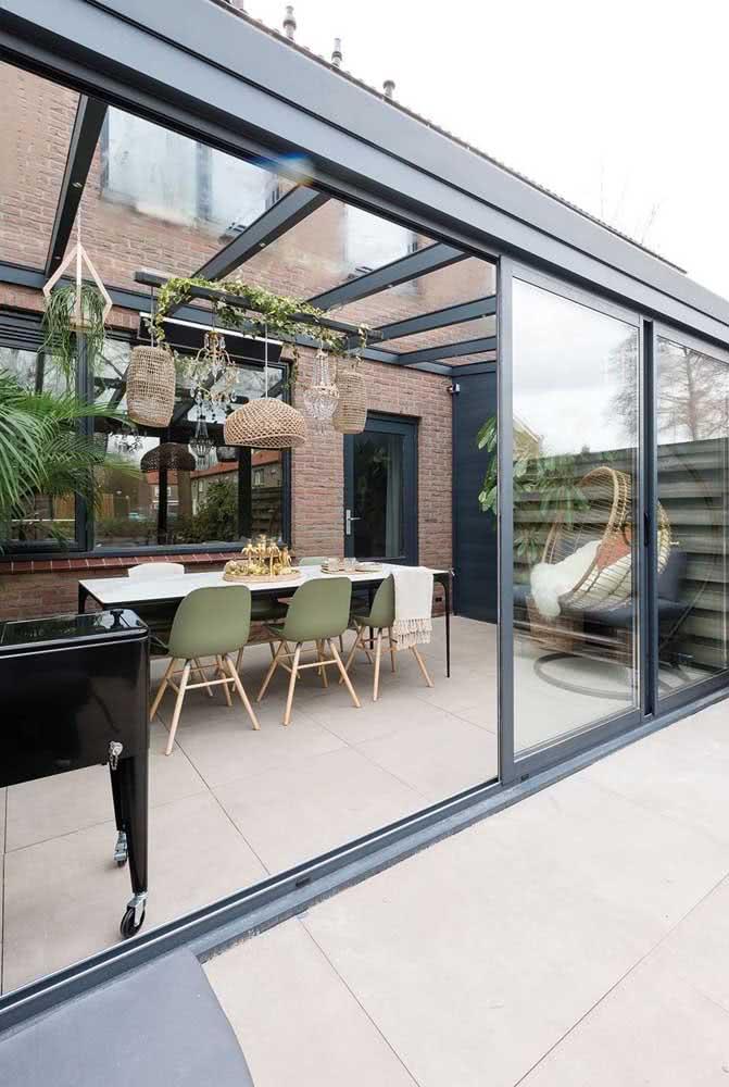 Cobertura e paredes de vidro para a área externa não perder a luz e a vista da paisagem
