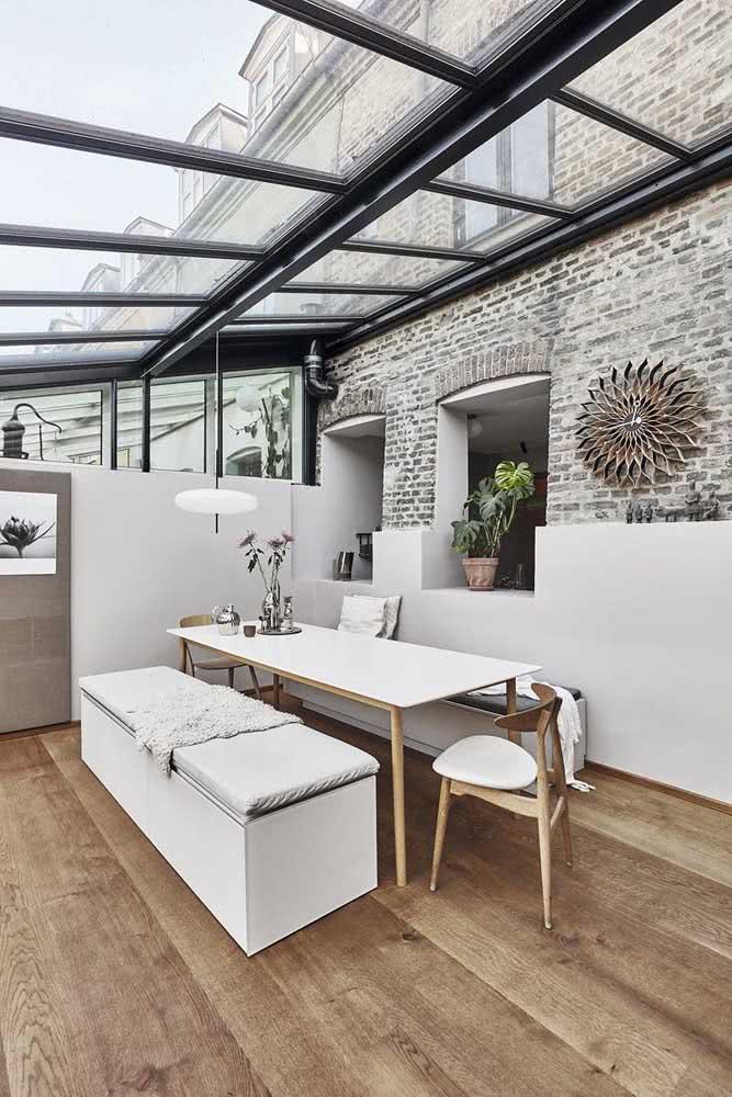 O preto traz modernidade para a estrutura do pergolado de vidro