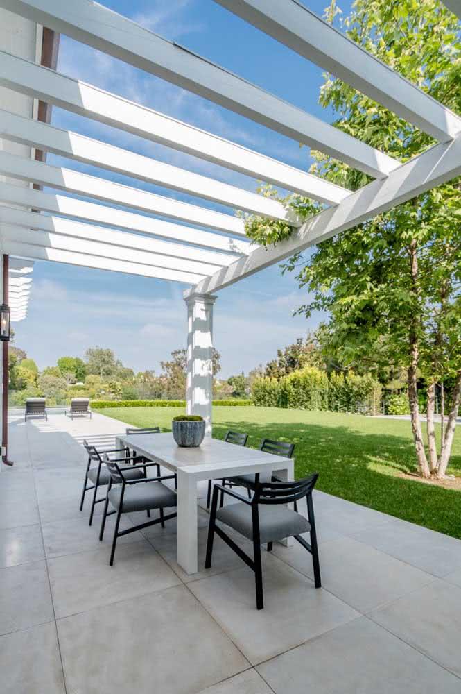 Pergolado de vidro e metal para a varanda gourmet da casa
