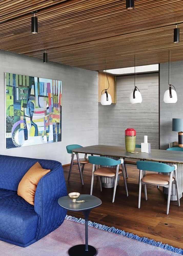 Decoração de sala de jantar com cadeiras coloridas. As cores foram acrescentadas no assento e no encosto.