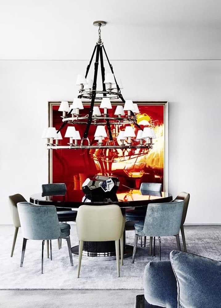 Mesa redonda grande para sala de jantar: cada cadeira tem uma cor e material.