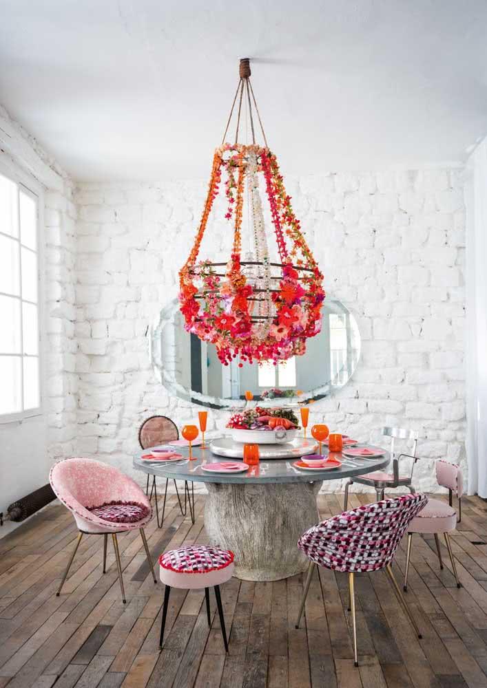 Puro romance com estas cadeiras em tons de rosa e roxo.