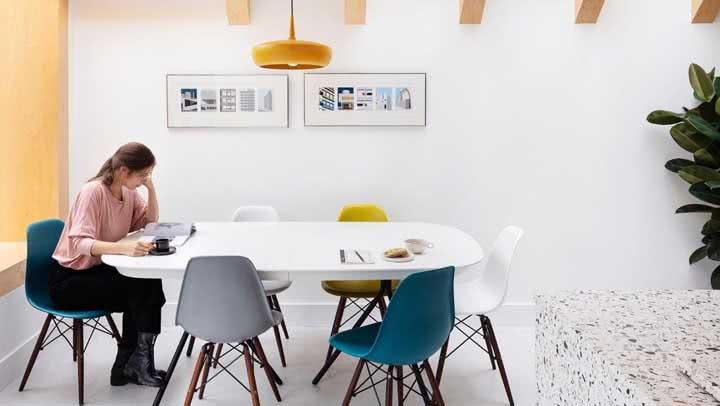 Sala de jantar com cadeiras coloridas: 60 ideias com fotos charmosas