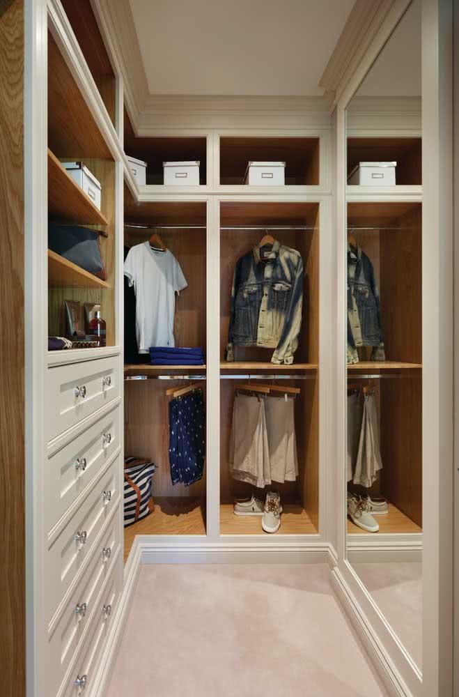Guarda roupa planejado de canto com gavetas, araras e cabideiro