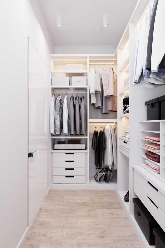 Para economizar no projeto, você pode optar por um modelo de guarda roupa de canto aberto, especialmente se ele ficar dentro do closet