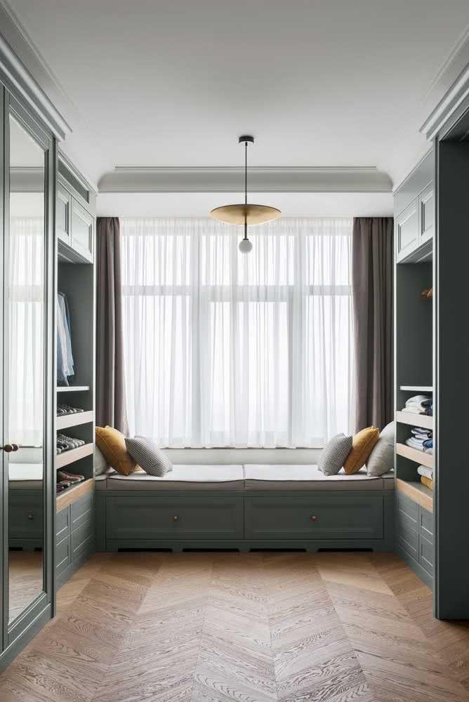 Uma cama entre os armários