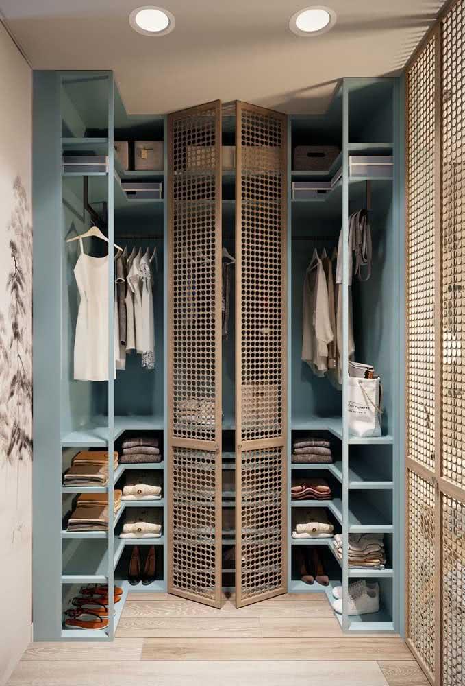 Guarda roupa de canto pequeno e planejado para atender as medidas do closet