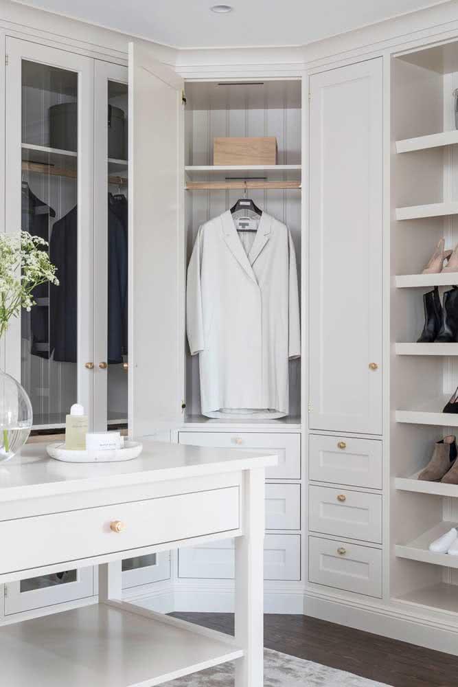 Portas e gavetas no projeto personalizado de guarda roupa de canto casal