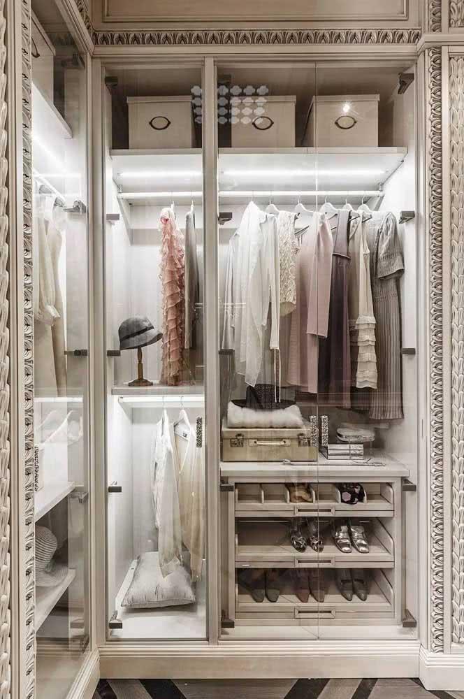 Um guarda roupa de canto inspirado no estilo clássico romântico