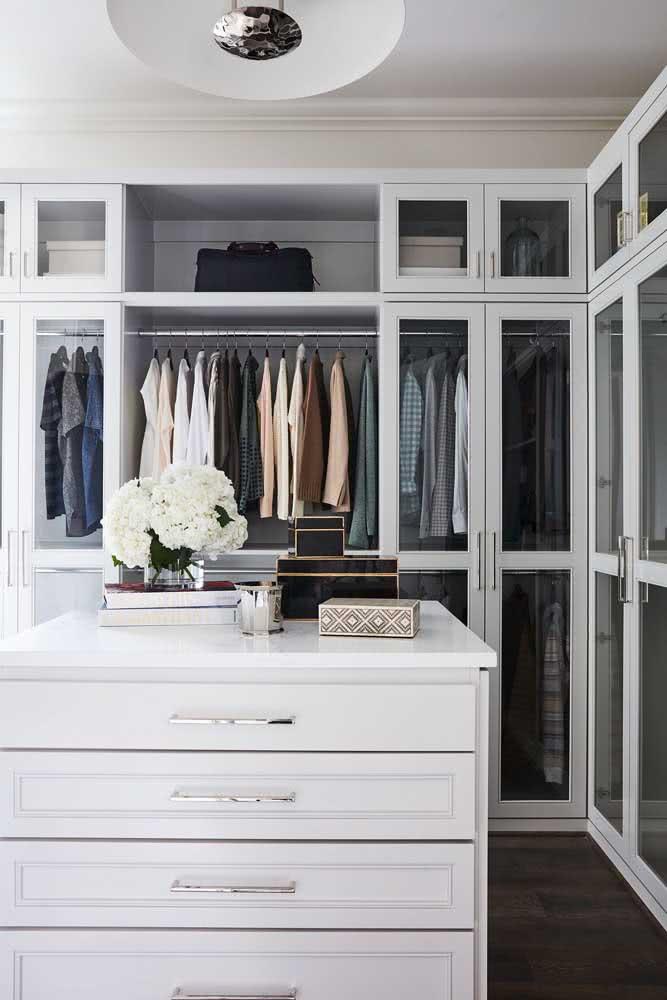 Guarda roupa de canto branco com portas de vidro: um charme só!