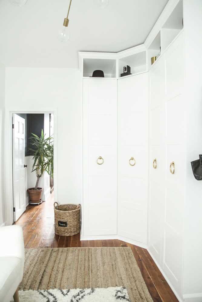 Guarda roupa de canto branco e modulado para resolver o quarto do casal