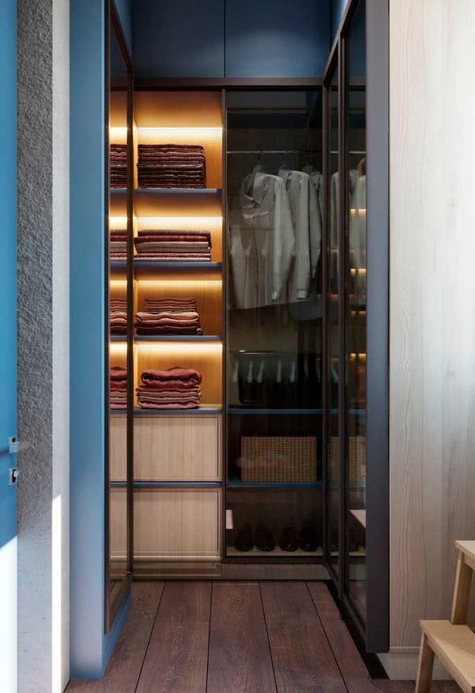 Iluminado, o guarda roupa de canto ganha destaque na decoração do quarto