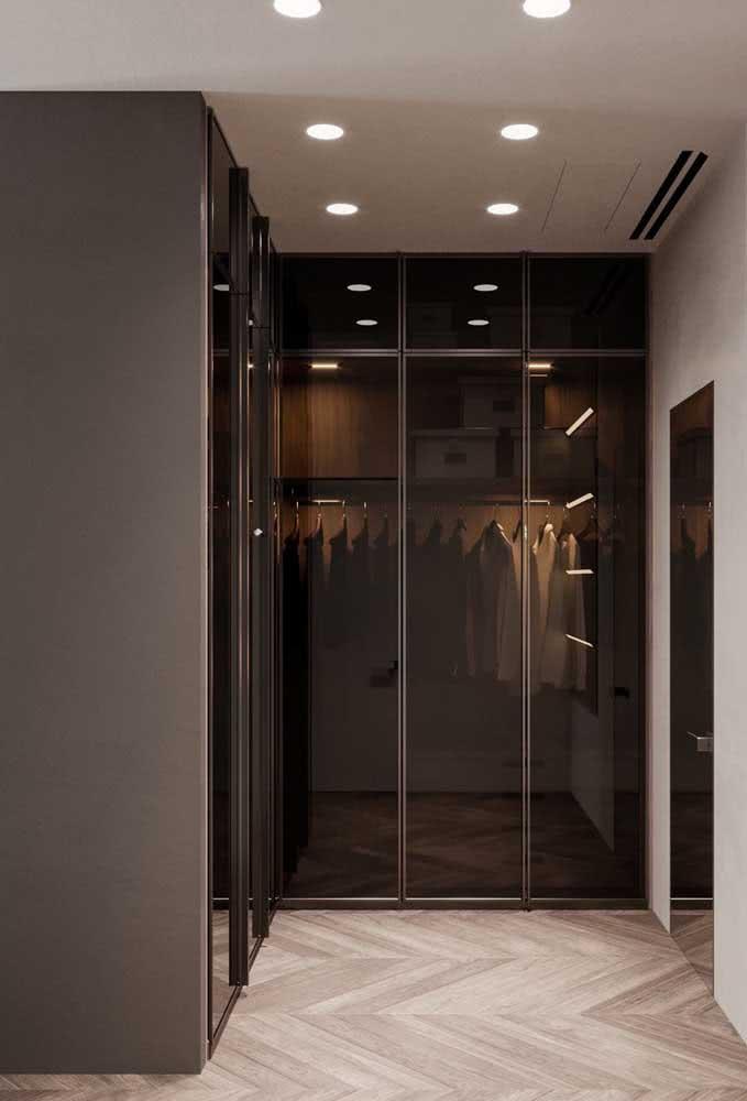 Para um móvel mais sofisticado, escolha portas de correr espelhadas