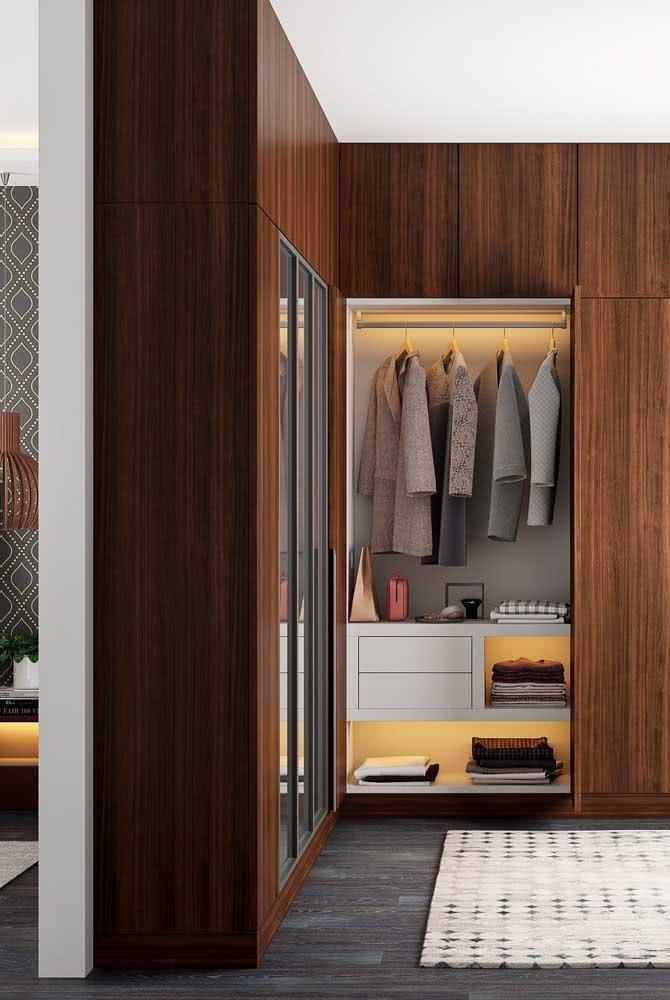 Do chão ao teto: o guarda roupa planejado de canto permite que você ocupe todo o espaço da parede sem perder nenhum centímetro