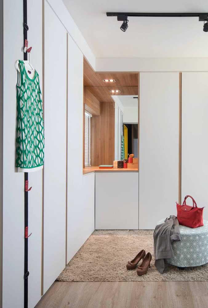 Guarda roupa de canto planejado com espaço para penteadeira ou uma escrivaninha