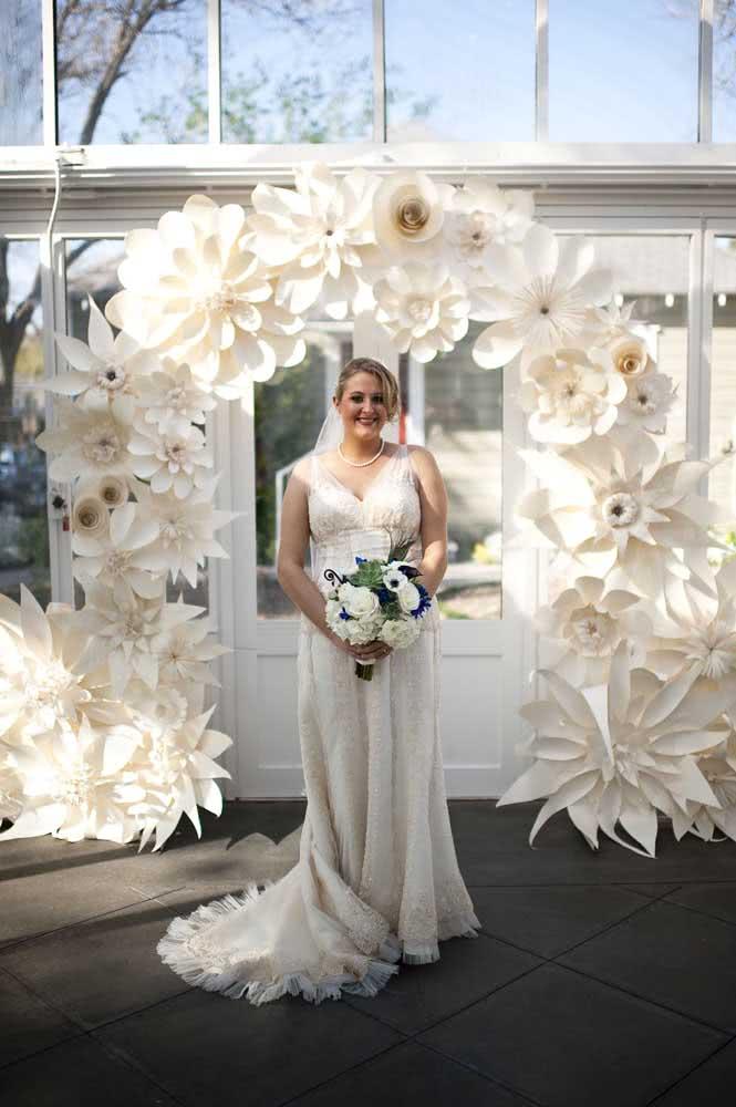 Flores gigantes de papel para a decoração do casamento. Uma proposta simples, linda e barata