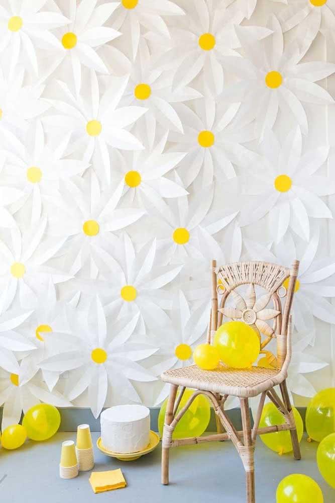 O que acha de um painel de flores meigas e alegres como as margaridas? Só que aqui elas são de papel
