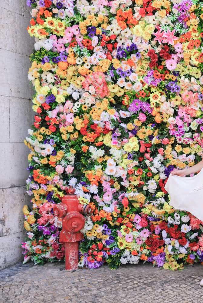 O cenário urbano criou um lindo contraste com as delicadas flores coloridas do painel