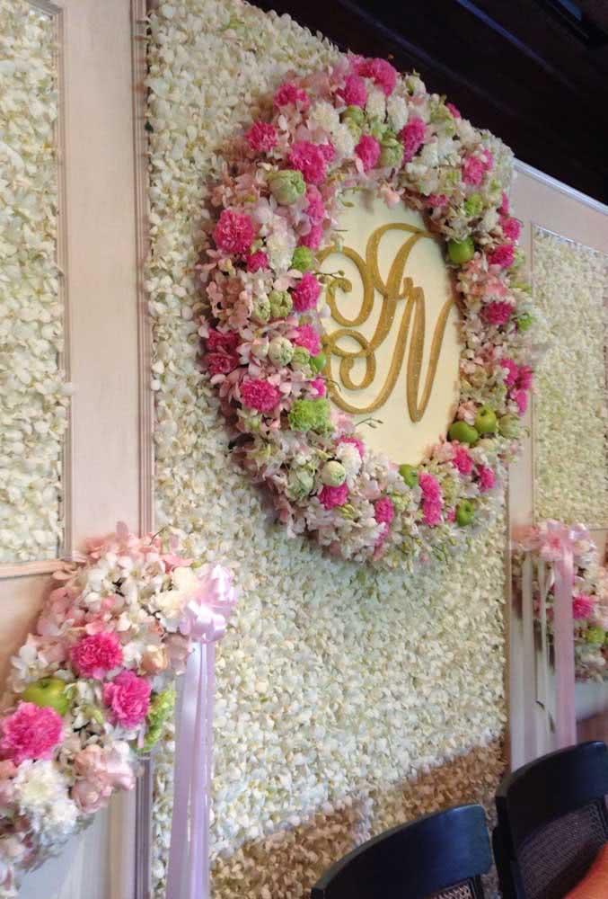 Painel de flores para decoração de casamento com as iniciais dos noivos em destaque