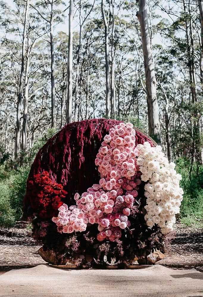 Aqui, o painel de flores naturais traz um lindo degrade de tons para adornar o altar do casamento
