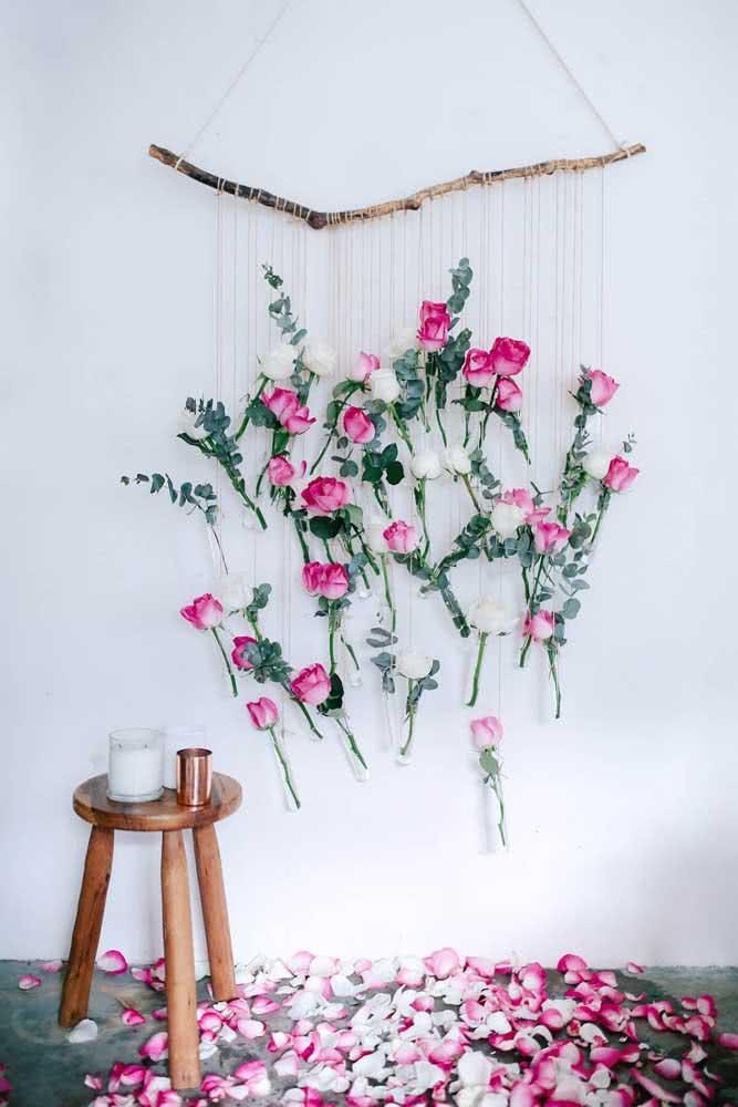 Painel de flores ao estilo boho. Despojamento e rusticidade também marcam o enfeite