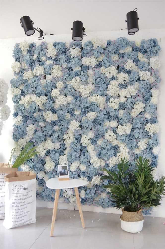 Painel de flores brancas e azuis para uma decoração clean e moderna