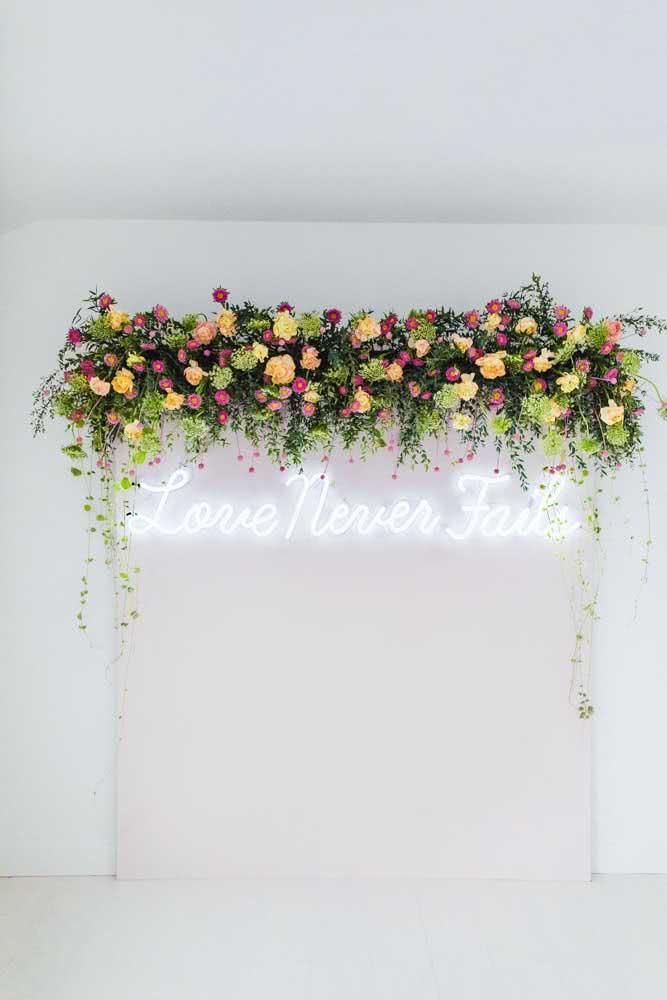 Painel de flores iluminado para virar cenário de fotos durante a festa