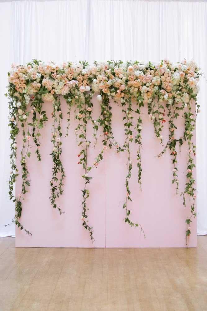 Painel de flores natural para casamento. O destaque aqui são as flores que caem delicadamente sobre a estrutura do painel