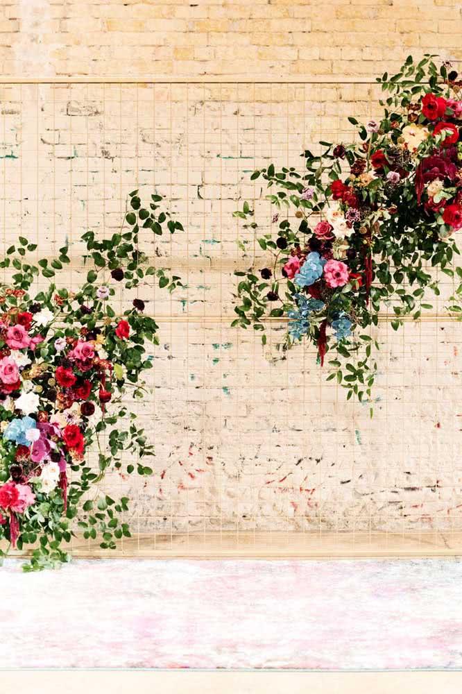 Uma tela aramada é perfeita para criar um painel de flores moderno e descontruído