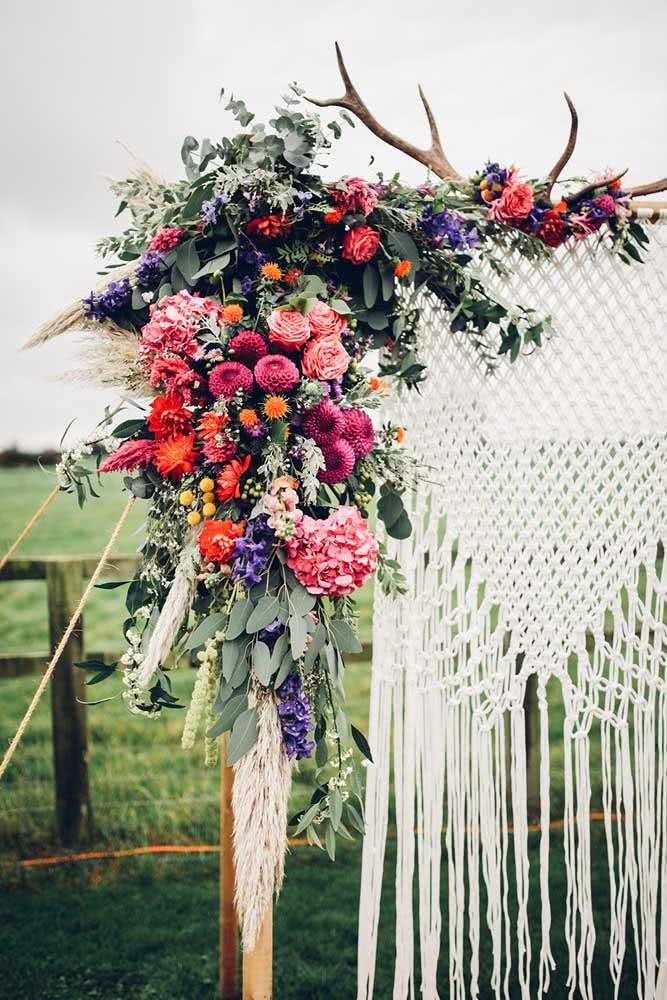 Painel de flores e macramê: uma combinação perfeita para festas de estilo boho