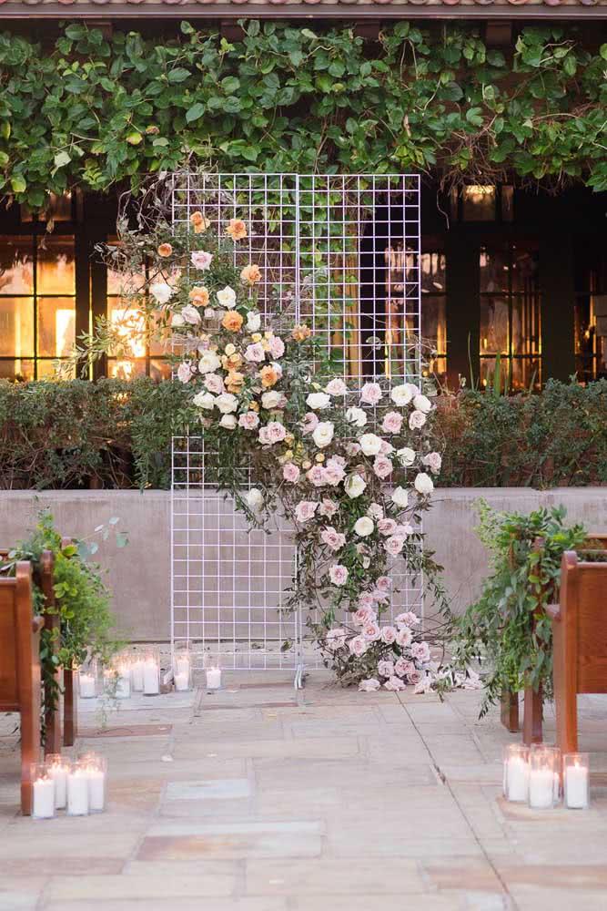 Painel de flores simples para o altar da cerimônia de casamento