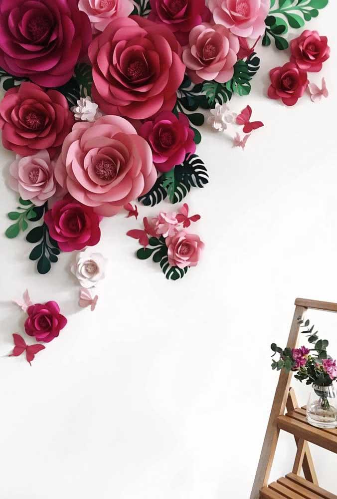 Painel de flores gigantes em papel. A escolha dos tons é importante na composição