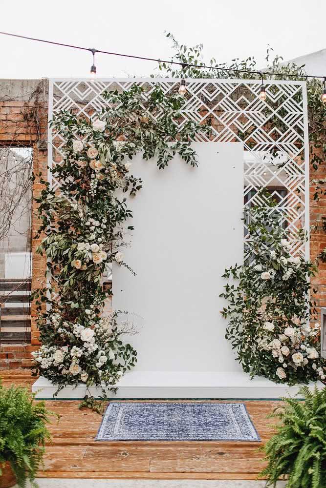 Painel de madeira para flores. A estrutura com detalhes vazados é um charme a parte